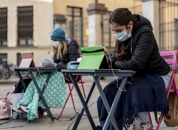 Studentesse protestano a Torino contro la DaD