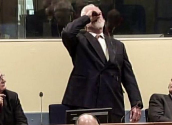 Praljak beve il veleno subito dopo la lettura della sentenza