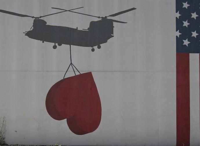 Kabul, murales sull'ambasciata Usa