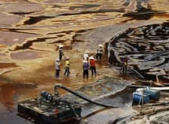 In Africa l'inquinamento colora i fiumi di verde e di blu