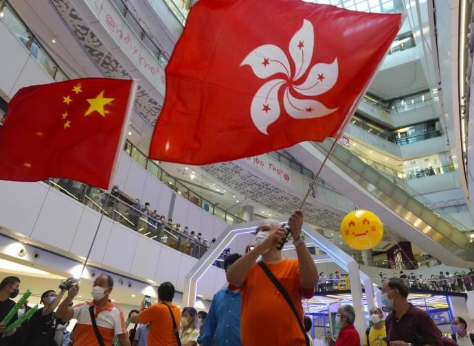 Tifo olimpionico in un centro commerciale con bandiere di Hong Kong e cinesi