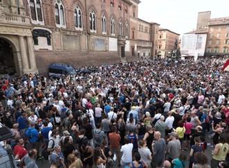 Bologna, la piazza contro il Green Pass obbligatorio