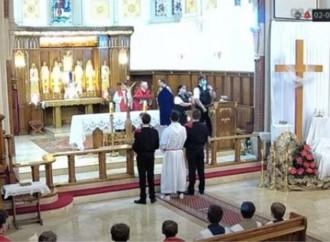La polizia irrompe in chiesa, sacrilegi anche nel Triduo