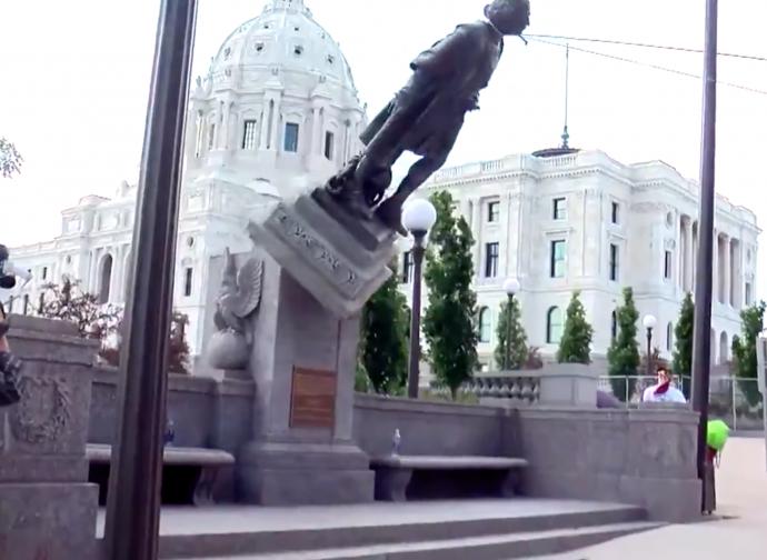 St. Paul (Minnesota) una delle tante statue di Colombo abbattute