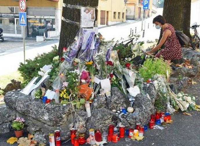 Fiori sul luogo dove è stato ucciso don Roberto