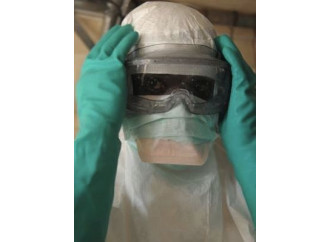 Ebola, sperimentare sull'uomo è davvero etico?