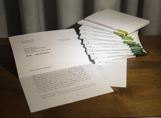 Monsignor Viganò legge una lettera di Benedetto XVI