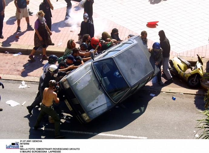 G8 di Genova 2001, manifestanti rovesciano un'auto