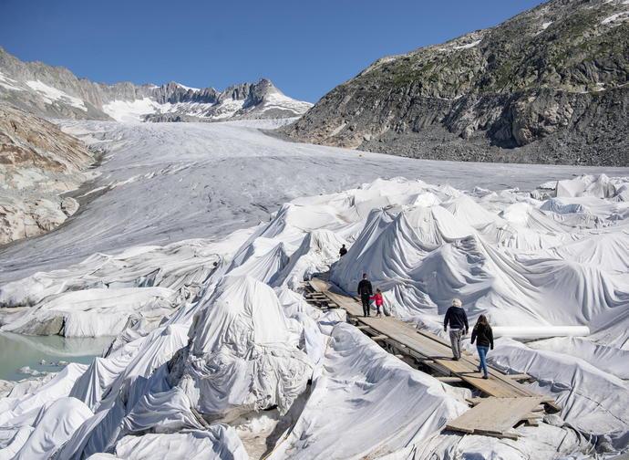 I teli che ricoprono il ghiacciaio del Rhone