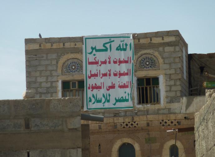 Striscione Houthi nello Yemen