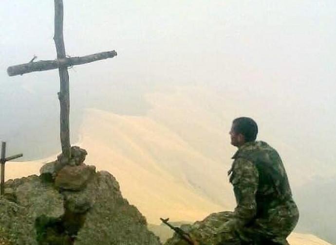 Soldato prega davanti alla Croce
