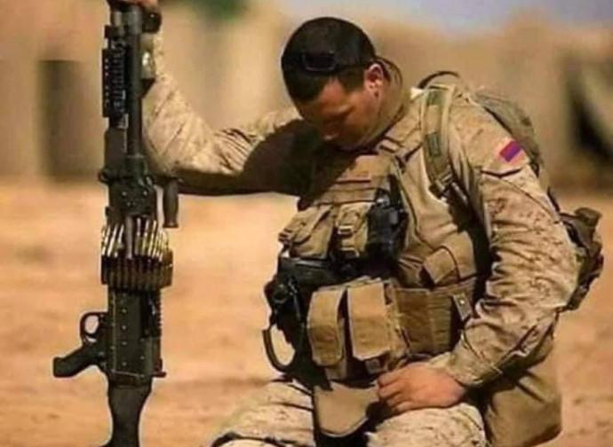 Soldato in preghiera