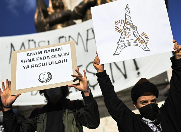 Manifestazione anti-francese a Istanbul