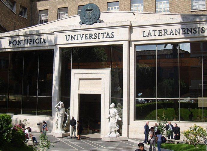 L'ingresso all'Istitutp Giovanni Paolo II