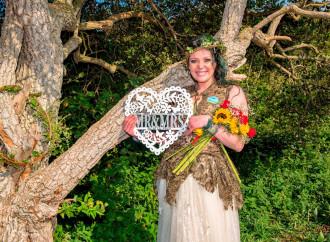 Le nozze con l'albero e altre follie. Ma una risposta c'è