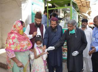 In Pakistan la polizia picchia un cristiano perché recita preghiere prima dei pasti che offre ai poveri
