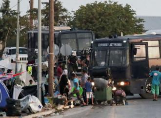 Dopo l'incendio del campo di Moria, incerto il futuro di 12.000 emigranti