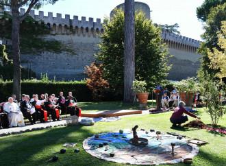 I riti tribali dentro le mura vaticane. E fuori il popolo prega sconcertato