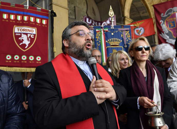 Il cappellano del Torino don Riccardo Robella ieri a Superga