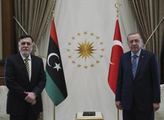 Libia, Erdogan gode. Russi e turchi studiano la pace
