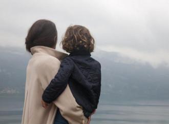 Multati per un abbraccio, ora madre e figlio tornano insieme