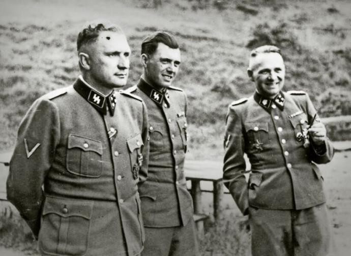 Josef Mengele (al centro)