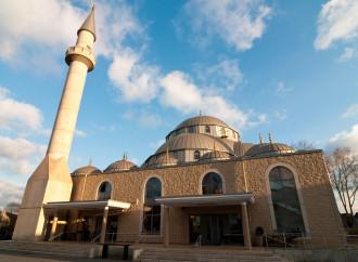 Un muezzin canta in Germania con il sostegno della chiesa