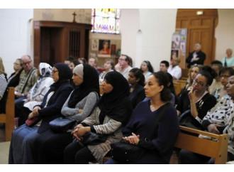 Musulmani a messa, intanto l'Isis dichiara guerra ai cristiani