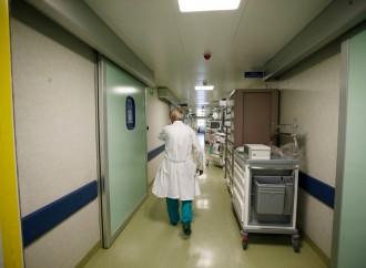 Per forzare la vaccinazione dei sanitari si ricattano i malati
