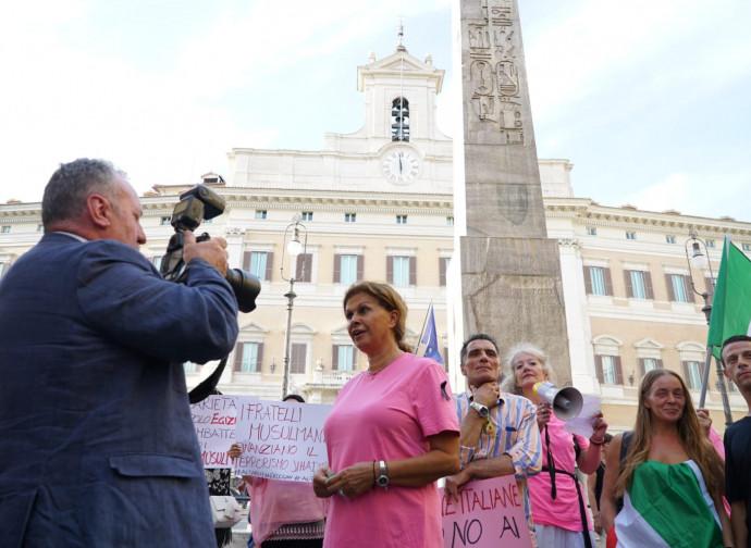 La manifestazione di fronte a Montecitorio