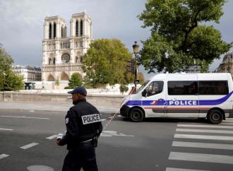 Poliziotti pugnalati in una Francia malata di jihadismo