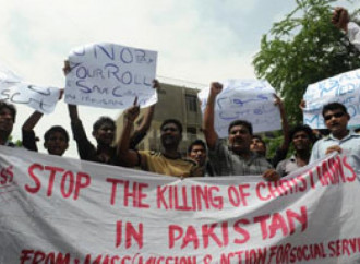 Centinaia di musulmani attaccano un villaggio cristiano in Pakistan