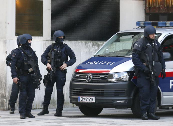 Polizia austriaca in azione dopo l'attentato di Vienna