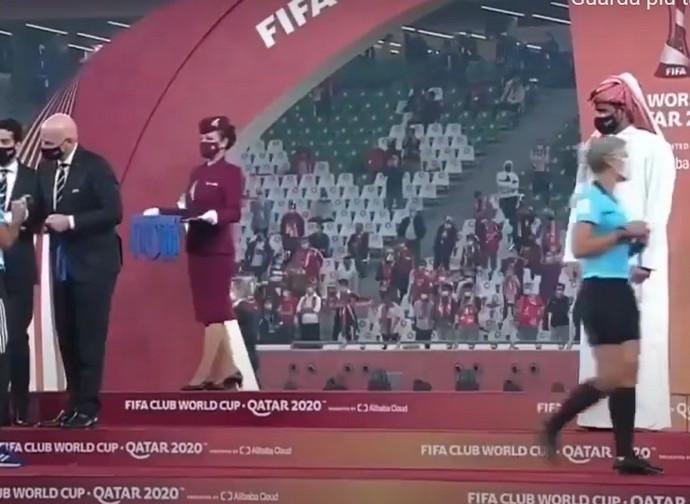 Il momento del passaggio della donna arbitro davanti allo sceicco
