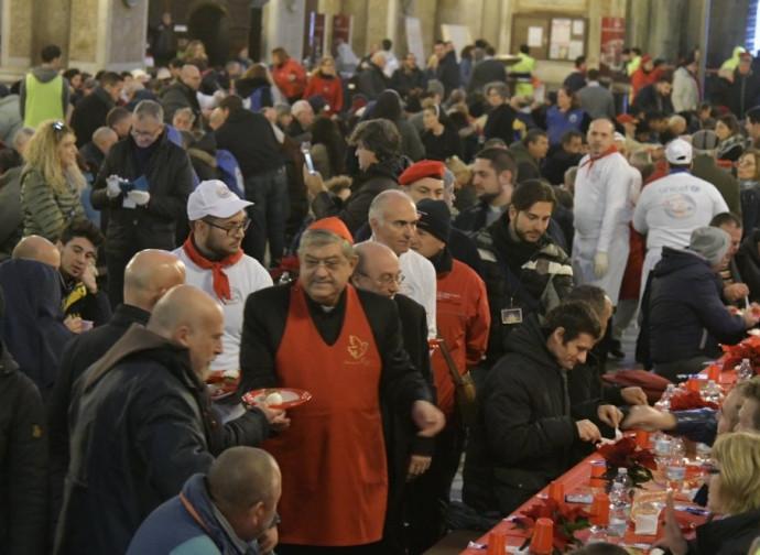 Il cardinal Sepe serve la mozzarella in Cattedrale