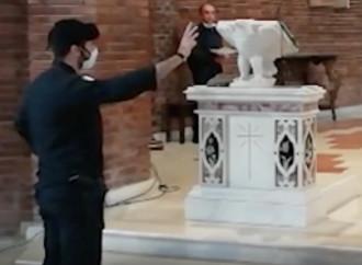 Messa interrotta, tra reato e abuso di potere: ma il vescovo scarica don Lino