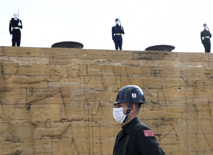 Turchia, militari con mascherina al mausoleo di Ataturk