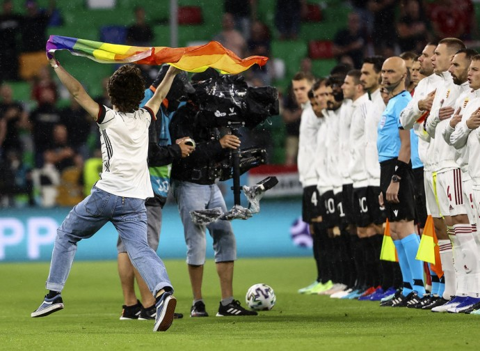 Invasione di campo di un attivista Lgbtq prima della partita Ungheria-Germania