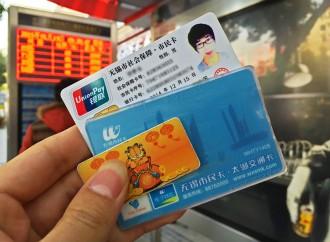 Una carta per pagare e identificarci. Una carta per controllarci